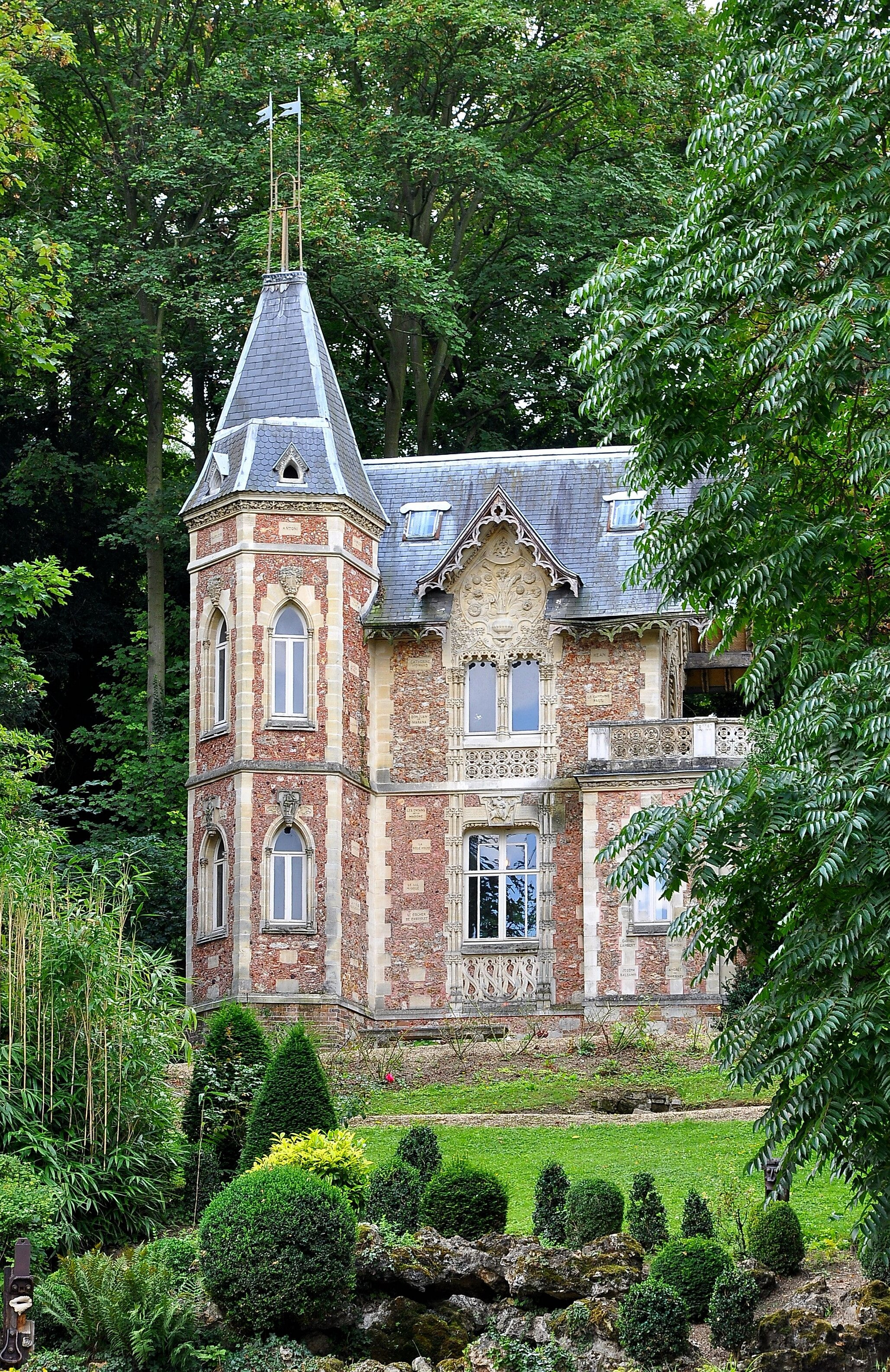 Huge house tiny castle for Castle homes