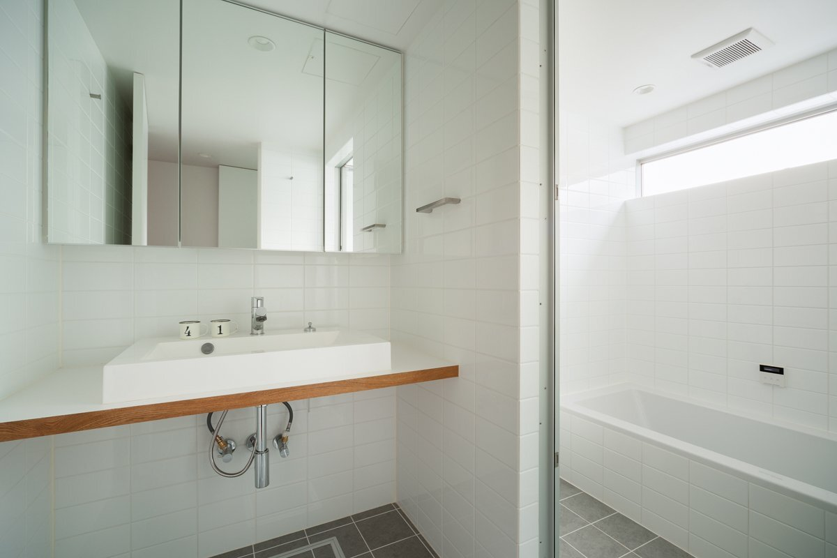 Small house in chibi japan by yuji kimura design for Small japanese bathroom design