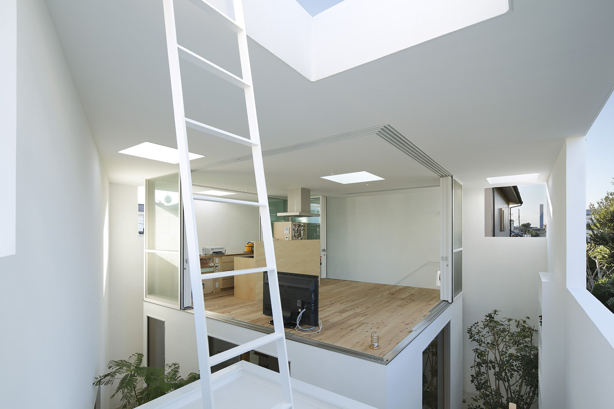 Small house by takeshi hosaka opens up to the outside for House design inside