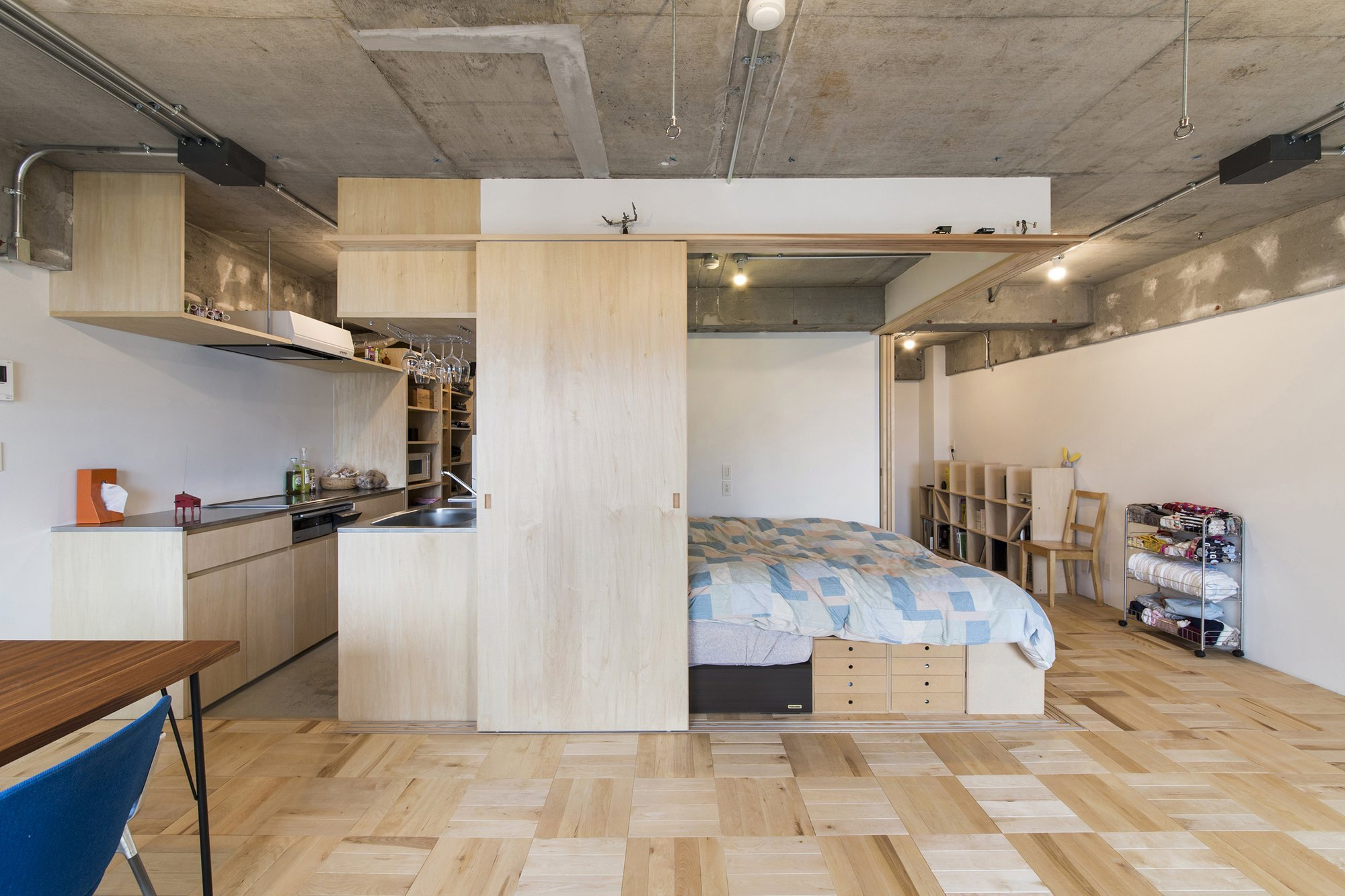 Small japanese apartment splits up space with partitions for Apartment japan design