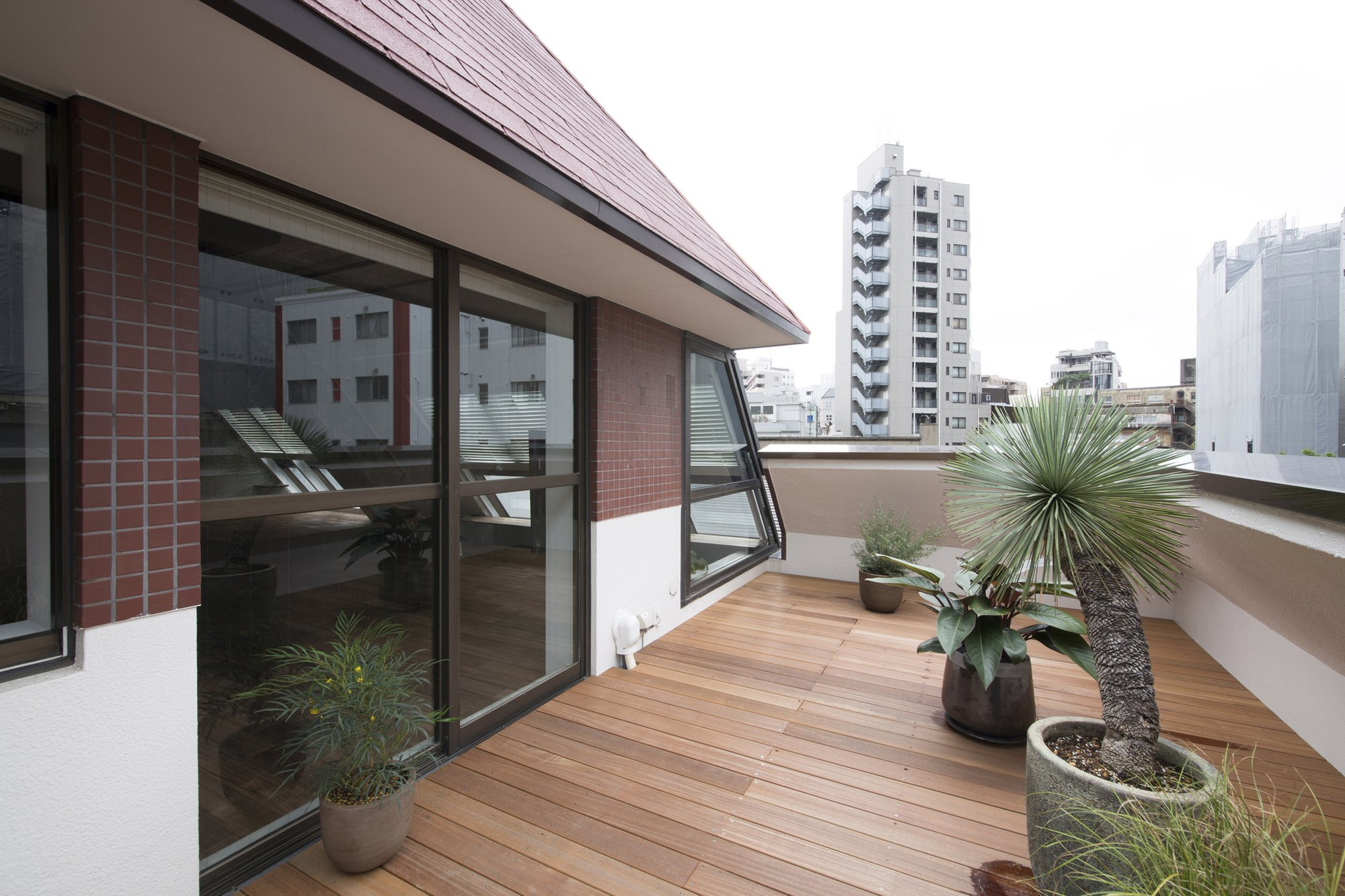 An apartment block attic conversion in tokyo by g architects for Apartment design with terrace