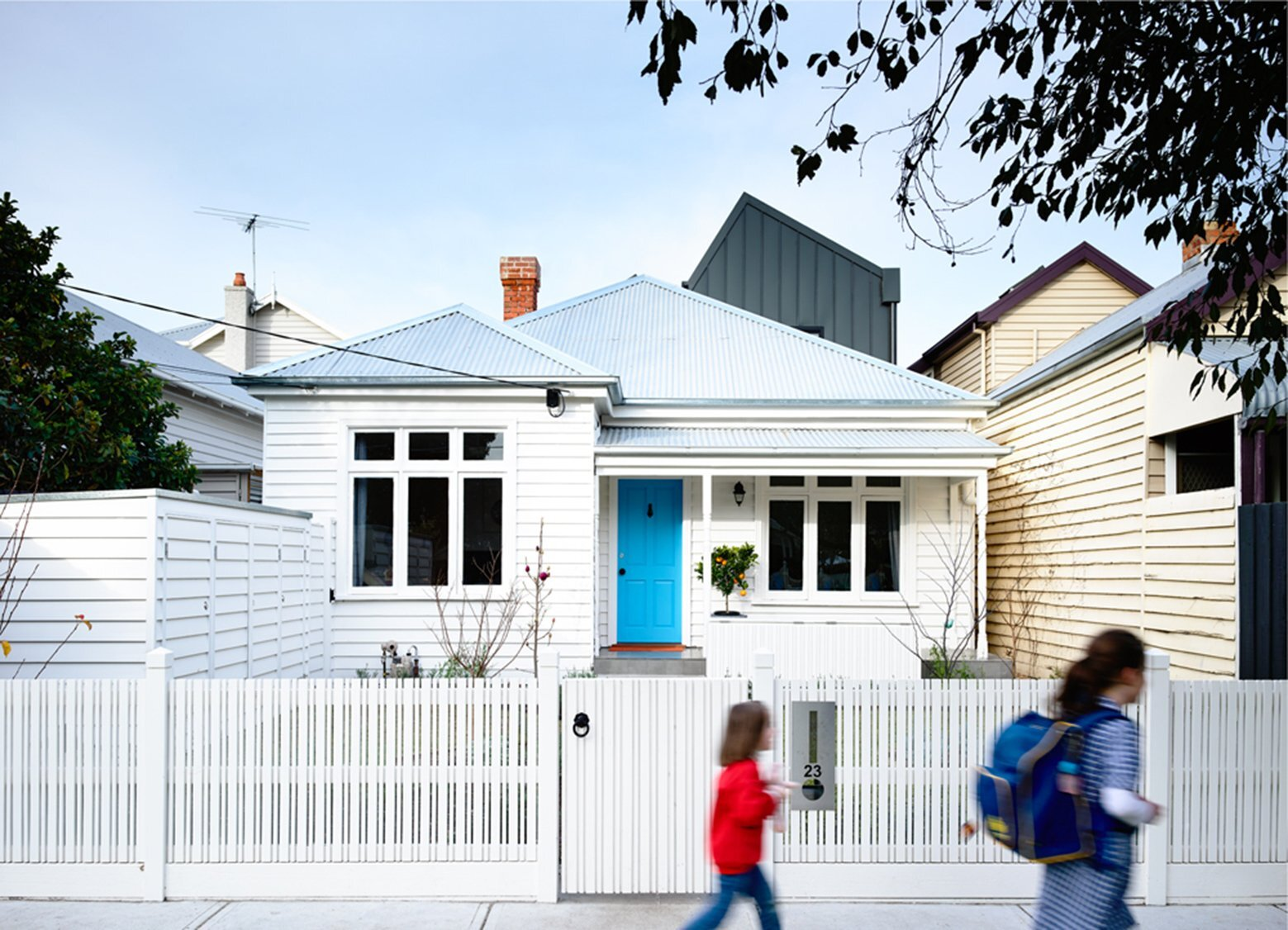Small australian house gets a modern makeover by techne for Small house interior and exterior design