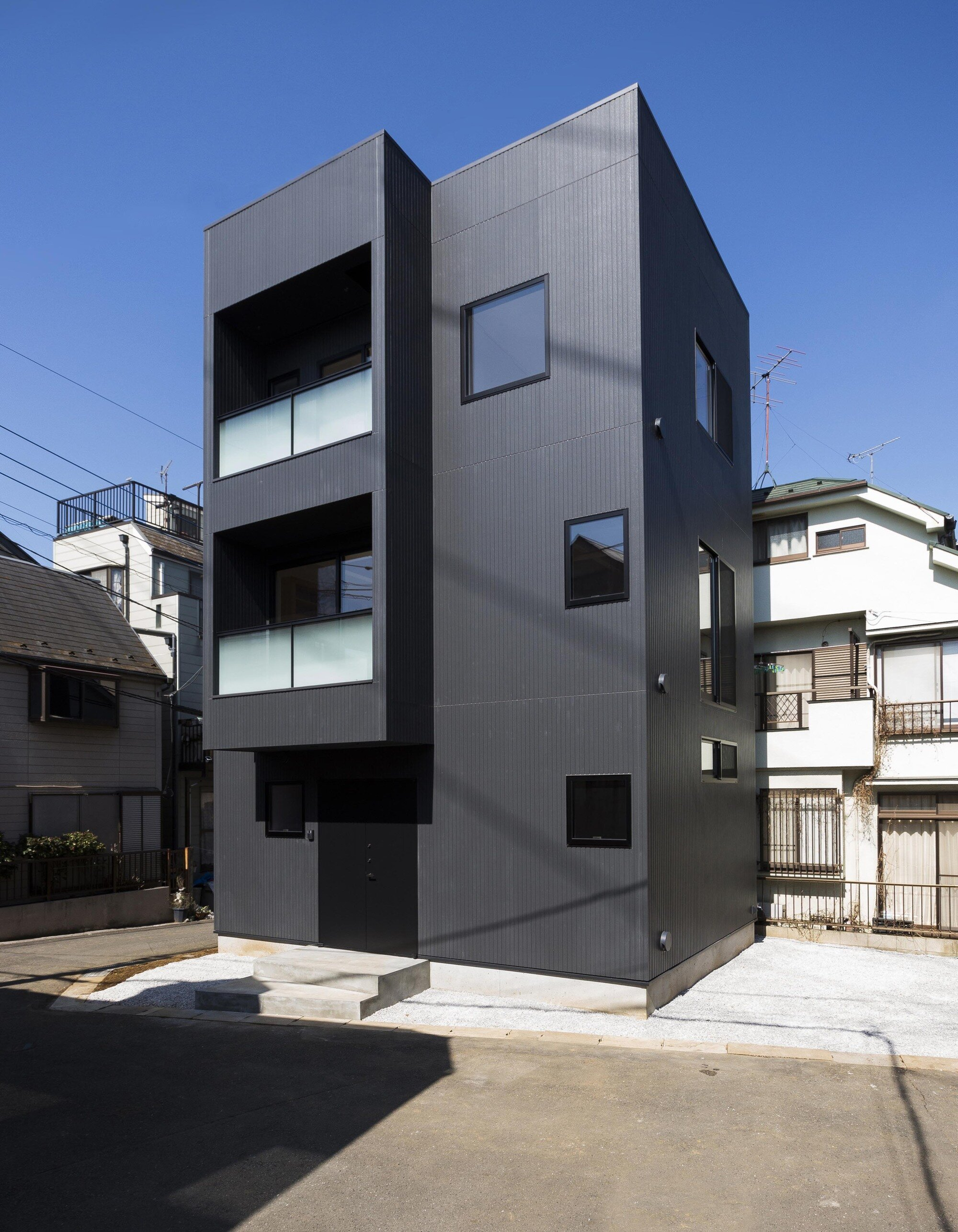 Hibarigaoka s house makes the most of a small lot for Exterior design office buildings