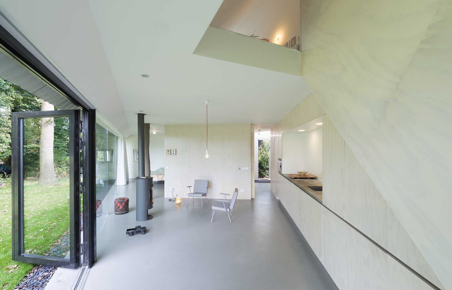 A minimalist house with a triangular footprint by barend for Minimalist townhouse design