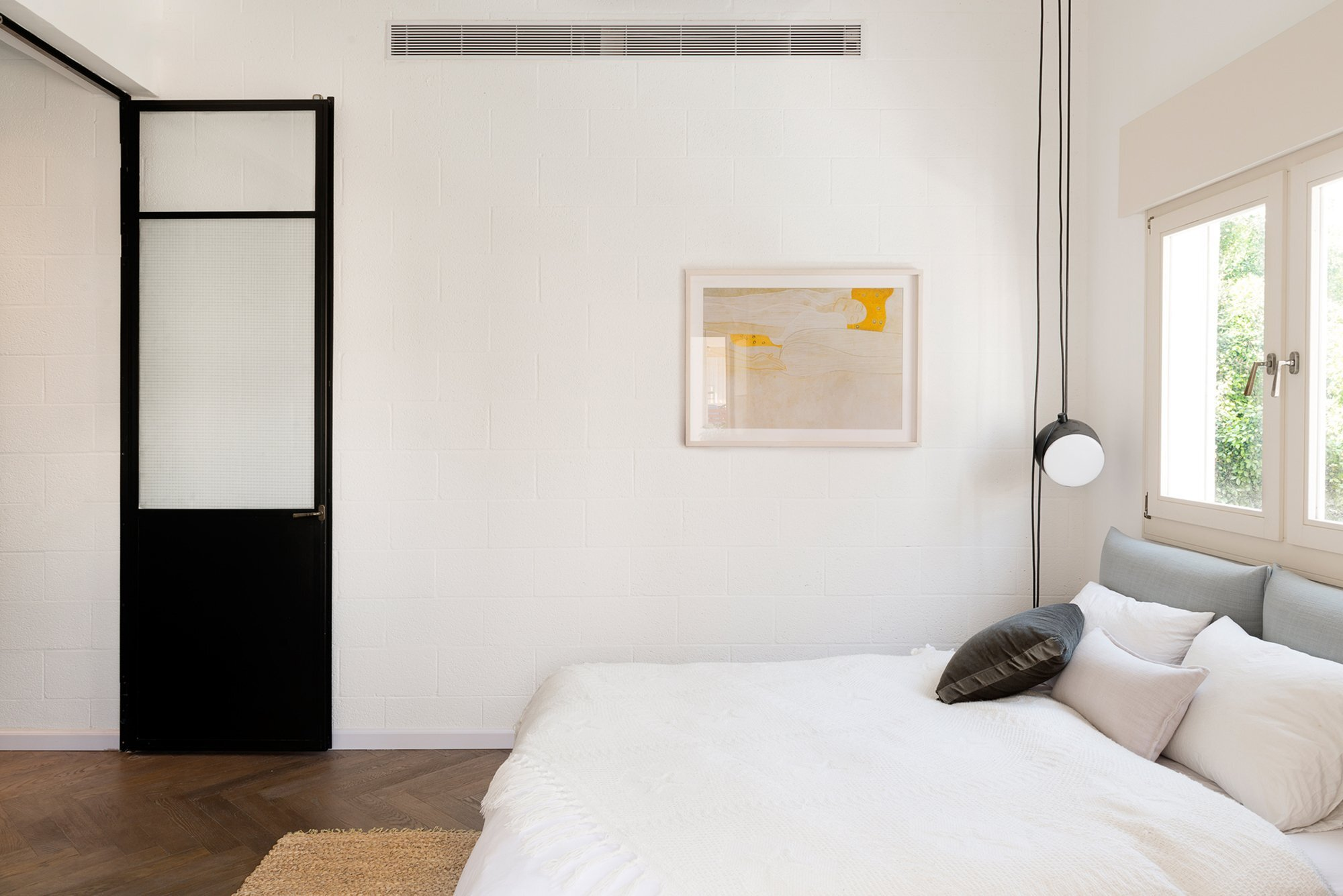 raanan stern 39 s bauhaus inspired 800 square foot apartment. Black Bedroom Furniture Sets. Home Design Ideas