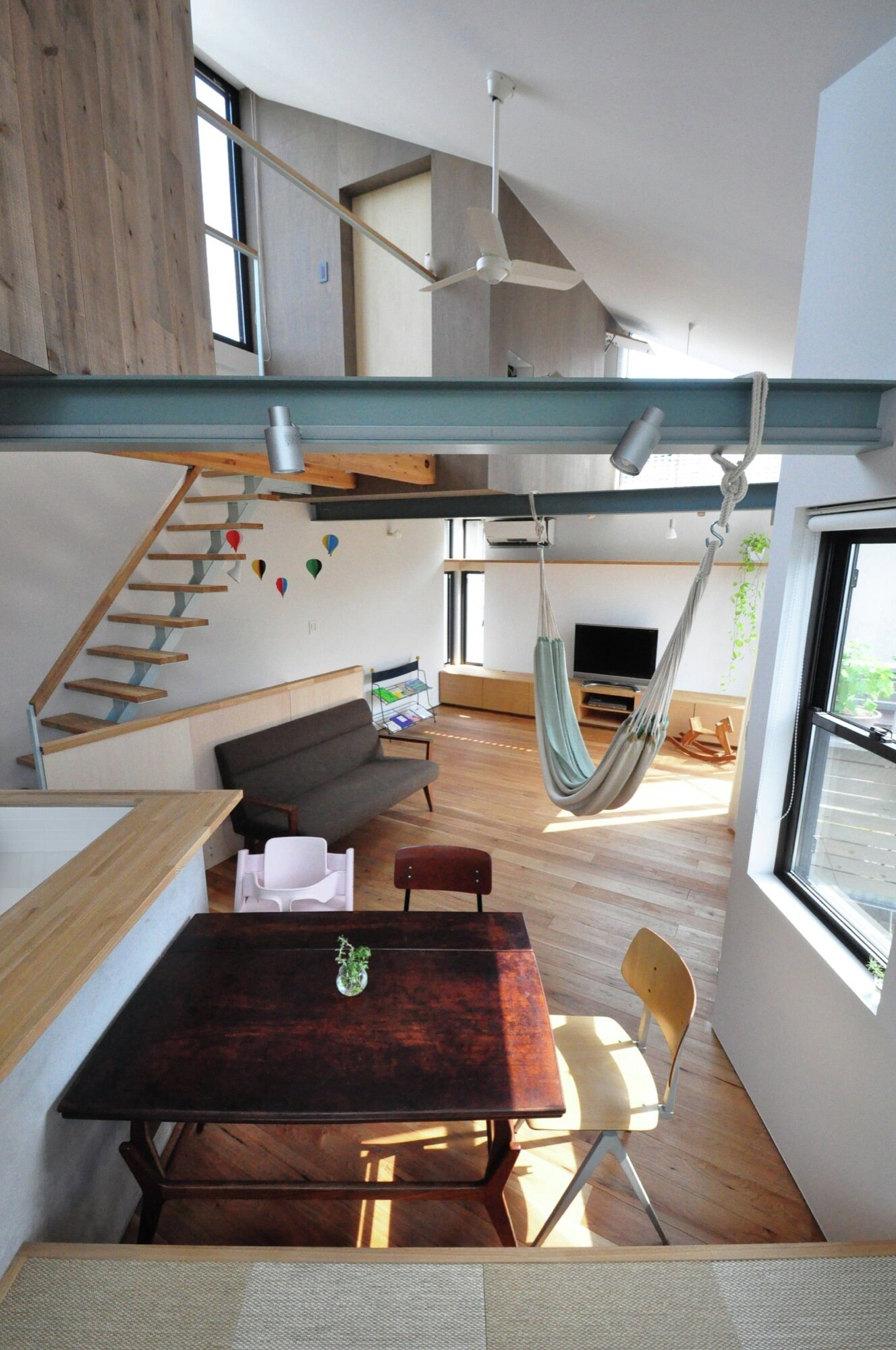 Small family home with a treehouse attic by yuki miyamoto for Large family living in small house