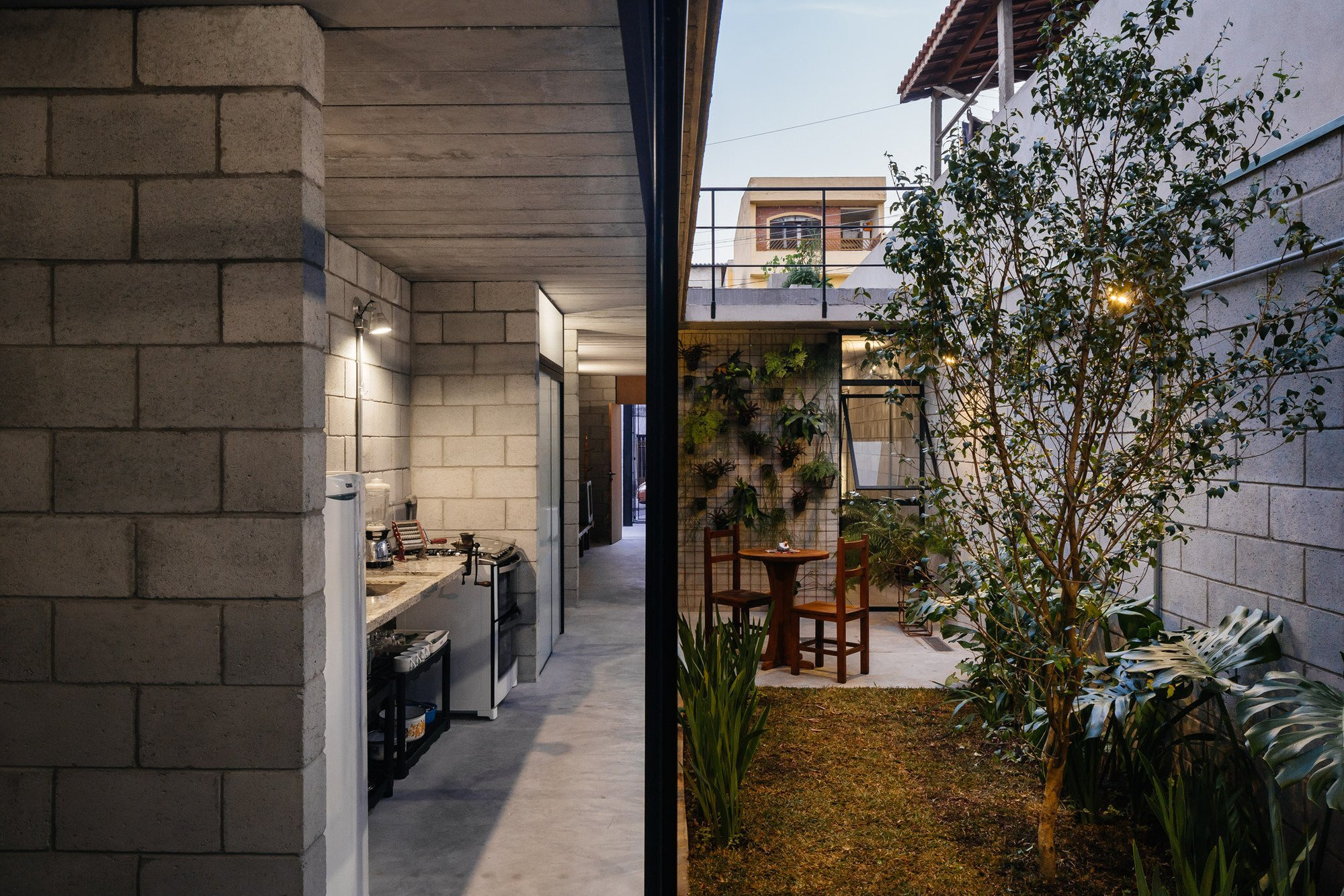 Vila Matilde House - Terra e Tuma Arquitetos - Brazil - Courtyard and Kitchen - Humble Homes