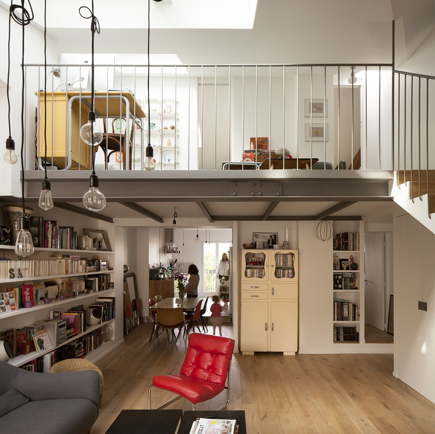 Parisian apartment opens attic to introduce more light for Architecture mezzanine