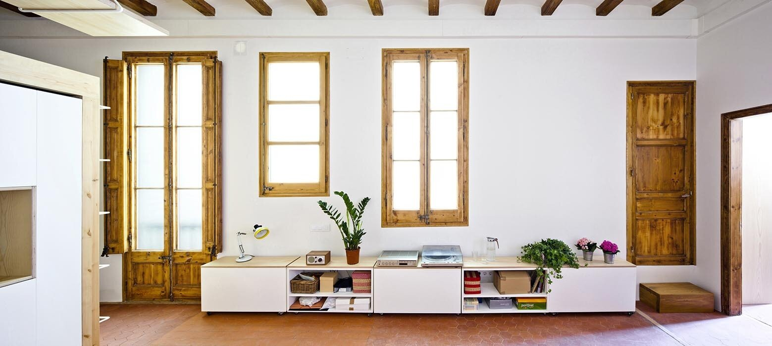 Bach arquitectes revamp a traditional apartment in spain for Small living area