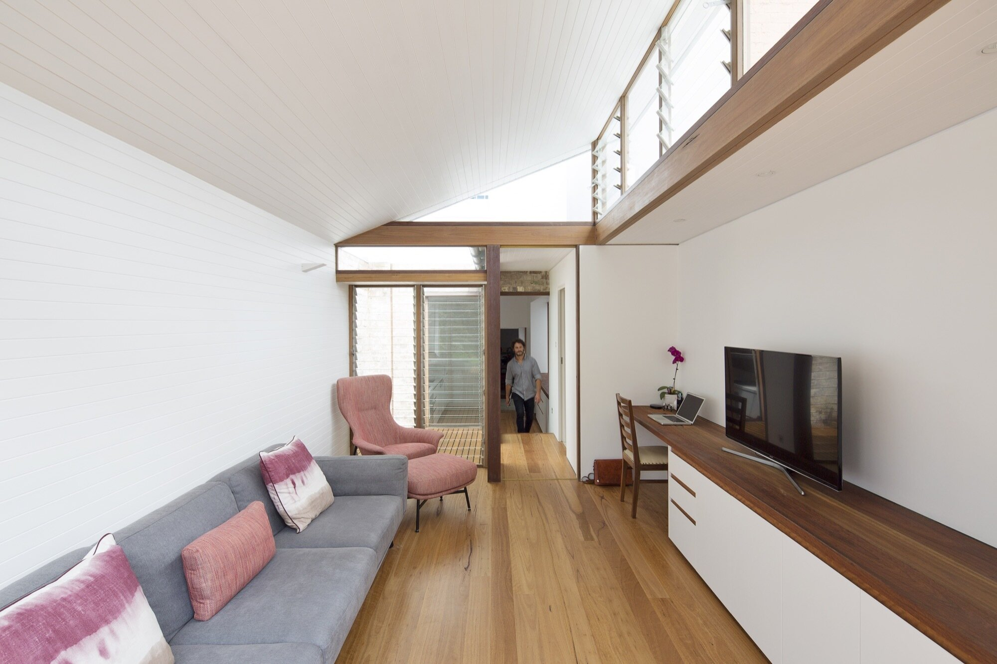 A narrow house renovation in sydney for two retired teachers for Living room ideas townhouse