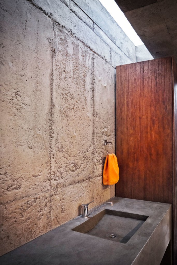 el-quinche-felipe-escuduro-ecuador-bathroom-humble-homes