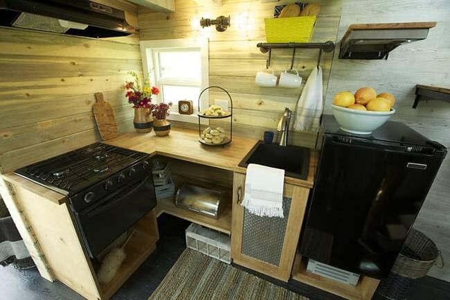 tiny-ski-lodge-maximus-extreme-living-solutions-utah-kitchen-humble-homes