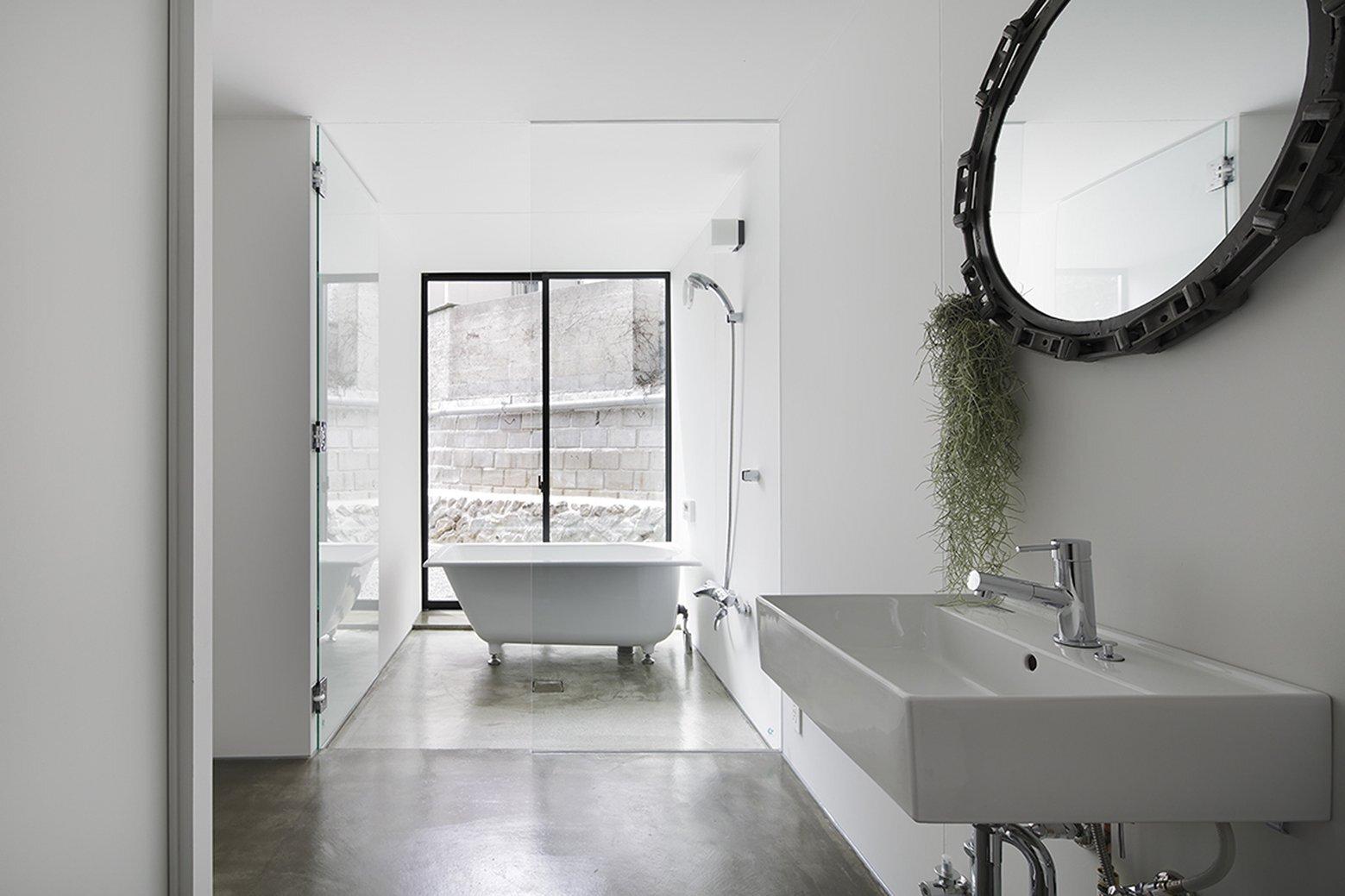 House in Miyake - Japanese House - Hidetaka Nakahara Architects - Yoshio Ohno Architects - Hiroshima Japan - Bathroom - Humble Homes